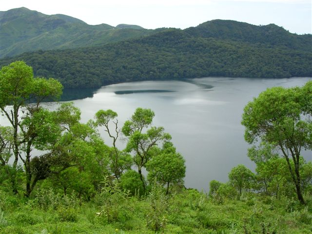Lake_Oku_with_forest_on_background._
